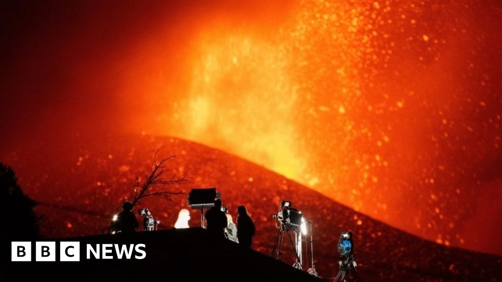 Canary Islands: Firefighters retreat as volcano intensifies