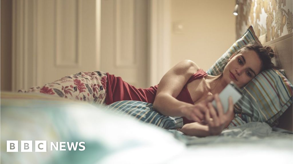 Why are people shopping online late at night? - BBC News