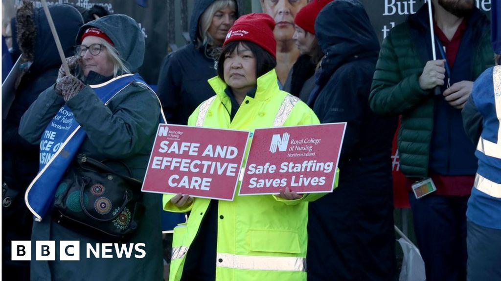 Health strike: RCN nurses in second day of strikes