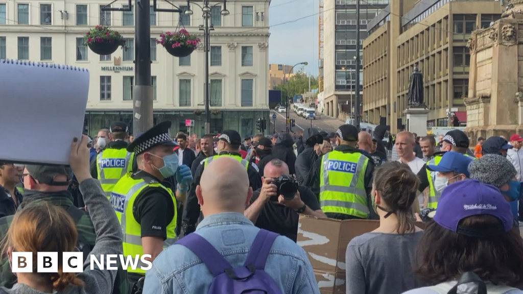 Police had to intervene in the middle of rival protests in Glasgow