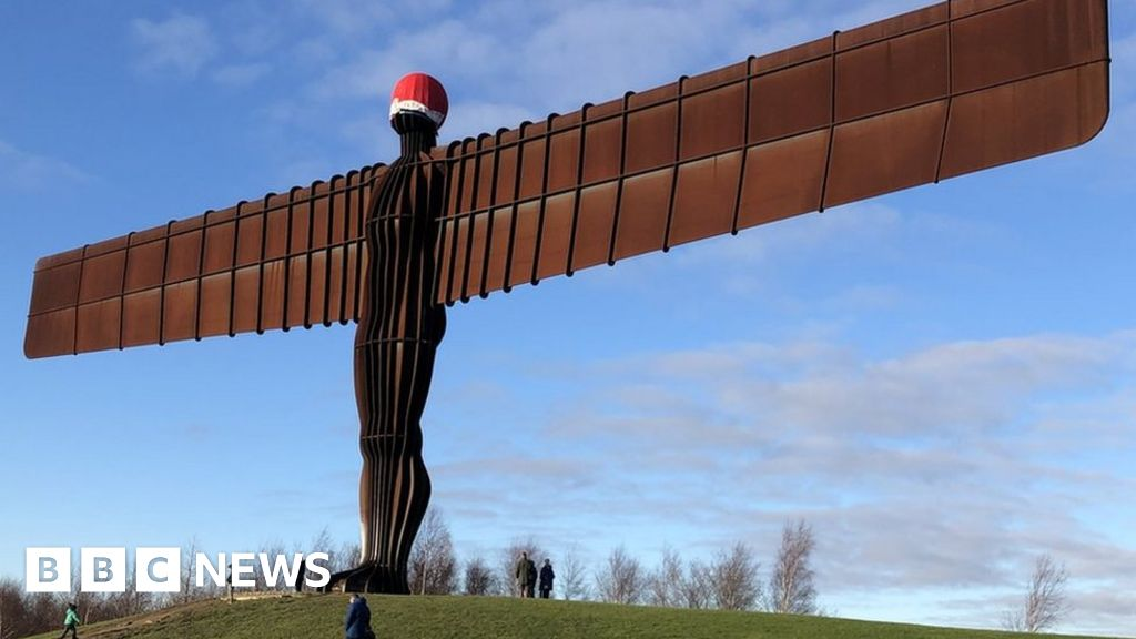 d9335135cd6be Angel of the North dons Santa hat - BBC News