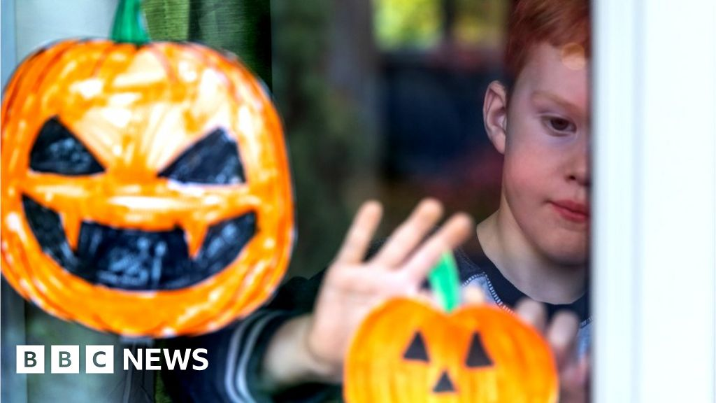 Covid: Scots children should stay at home at Halloween