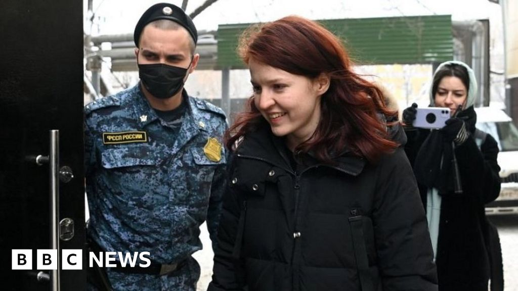 Russia detains Navalny aides as protests go viral - bbc