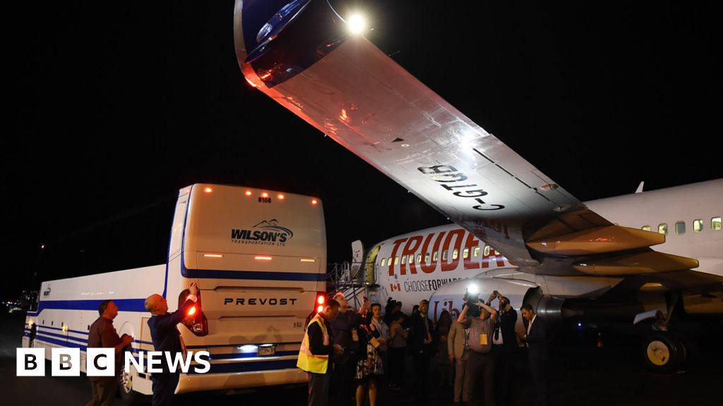 Media bus hits Justin Trudeau's campaign plane