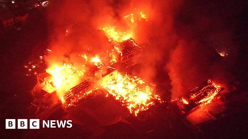 Shuri Castle: Massive fire erupts at Japan's 500-year-old site thumbnail