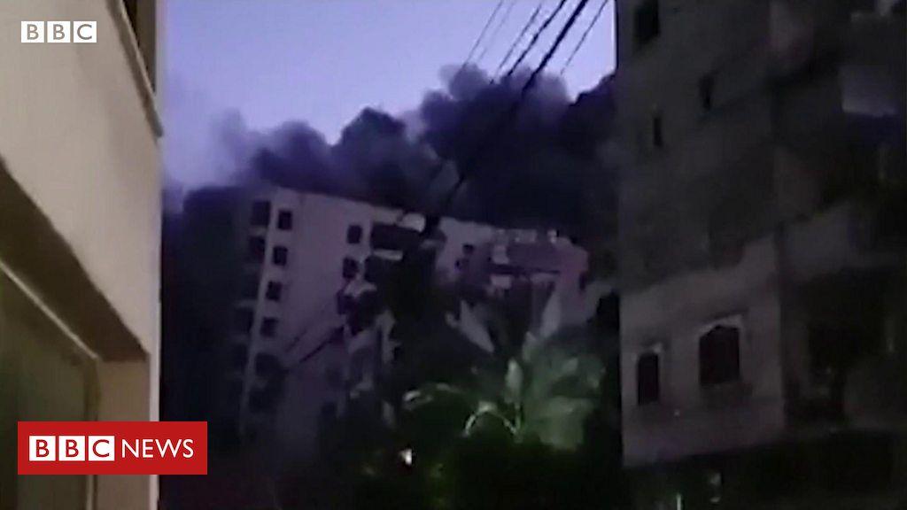 Violência Israel-Gaza: o momento em que prédio desaba após ataque israelense