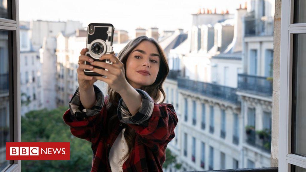 Por que o criador da série 'Emily in Paris', da Netflix diz não se arrepender dos clichês - BBC News Brasil