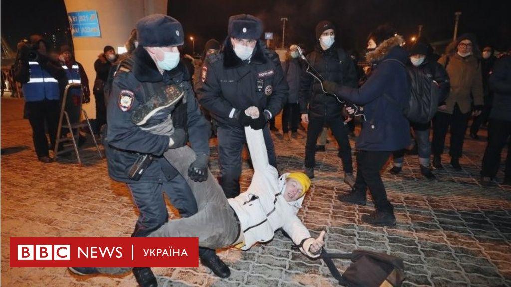 Навальний приземлився. В аеропорті затримують людей