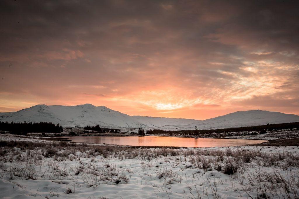 Arenig fawr a Llyn Tryweryn dan flanced o eira // The Arenig and Lake Tryweryn under a blanket of snow