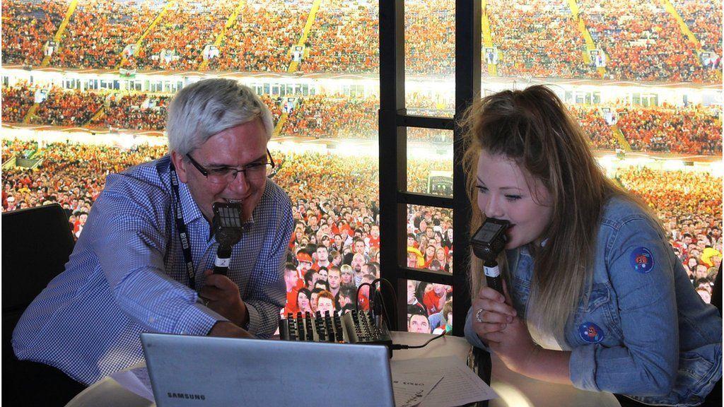 Josie yn rhoi ychydig o gystadleuaeth i'r sylwebydd pêl-droed, Gareth Blainey // BBC Wales football commentator Gareth Blainey is facing tough competition!