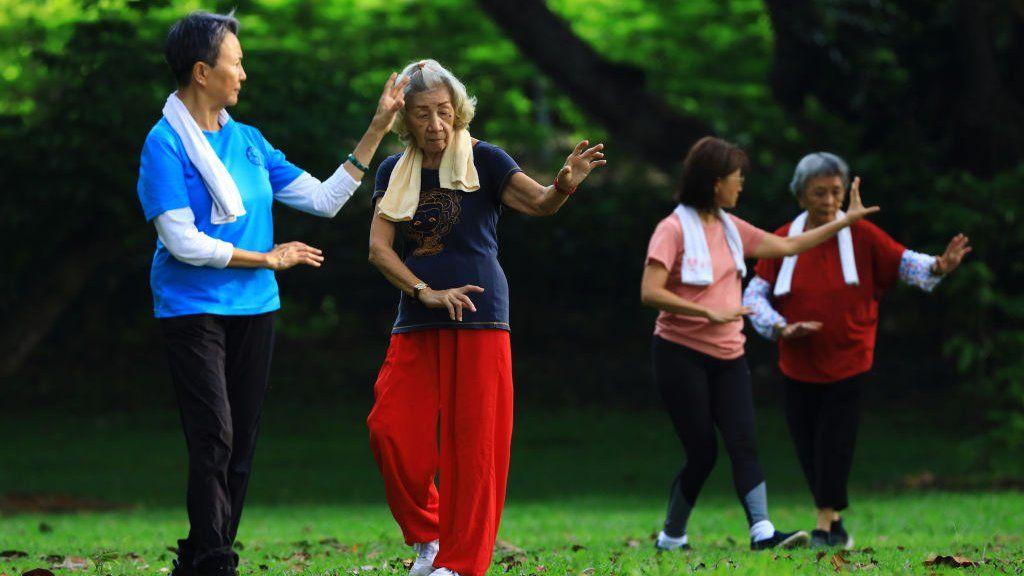 Люди тренируются в парке 10 апреля 2021 года в Сингапуре