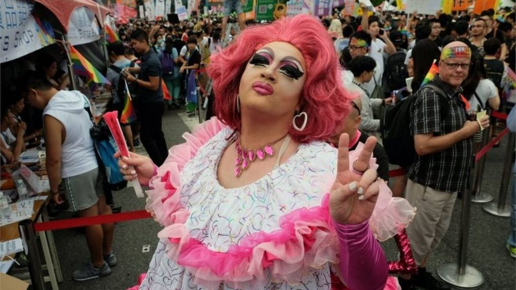Transvestite gay bars