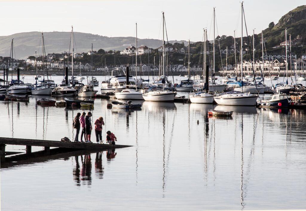 Oes 'n grancod yn cuddio yn y dŵr ym Marina Conwy? // Some children enjoying their freedom over the holidays at Conwy Marina