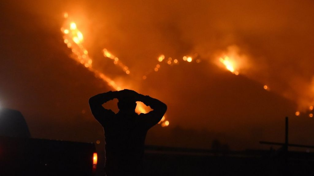 California blaze displaces thousands