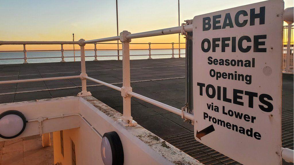 'Beach office seasonal openings, toilets via lower promenade'
