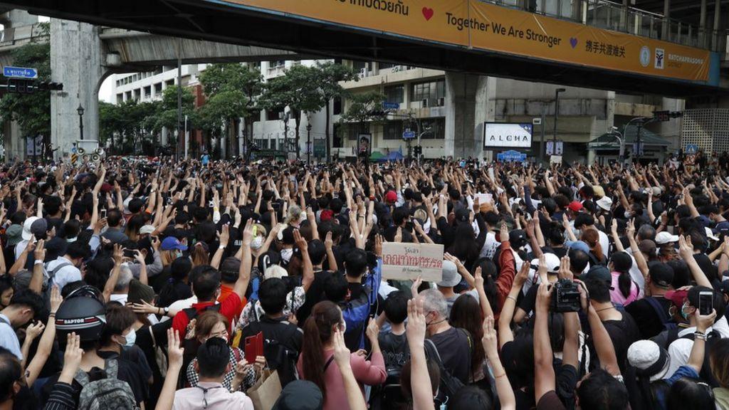 Thai protests: Demonstrators gather again in Bangkok, defying crackdown -  BBC News
