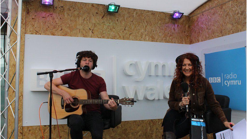 Aled Rheon, un o artistiaid 'Gorwelion' eleni, yn perfformio ar raglen Bore Cothi ar BBC Radio Cymru // Aled Rheon, one of this year's 'Horizons' artists, performing live on Bore Cothi on BBC Radio Cymru