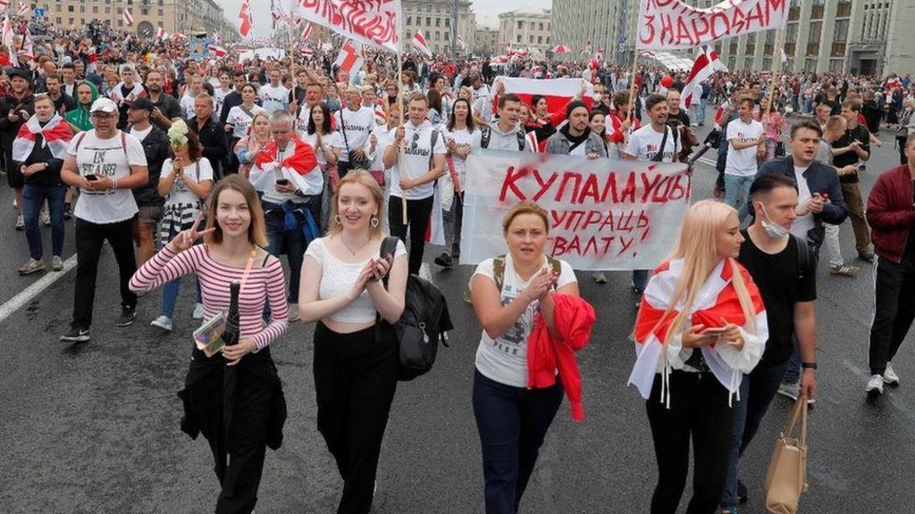 Belarus opposition holds mass rally in Minsk despite ban - BBC News
