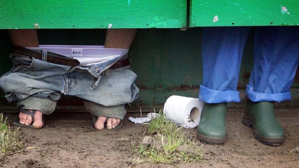 Serial poopers: What makes people poo in public places? - BBC News