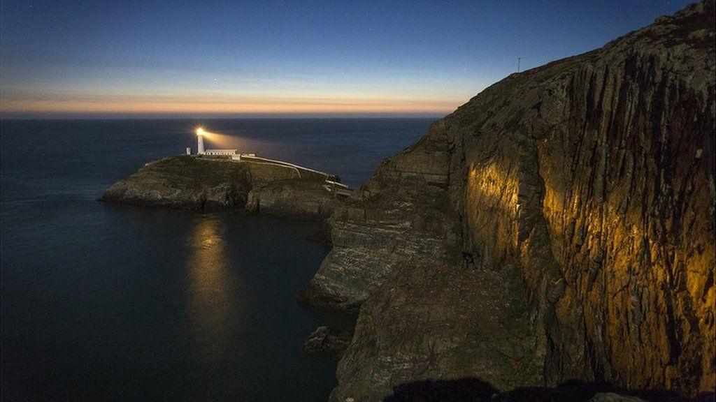 Noson fendigedig yn gwylio'r haul yn machlud ar oleudy Ynys Lawd, ger Caergybi // The sun sets on South Stack lighthouse near Holyhead