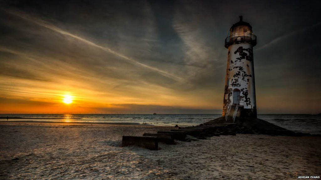 Mae goleudy y Parlwr Du, a adeiladwyd yn 1776, wedi'i leoli ar draeth Talacre, Fflint. Ar lanw uchel, mae'n cael ei dorri i ffwrdd oddi wrth y traeth felly peidiwch mynd yn sownd! // Located on Talacre beach is the Point of Ayr lighthouse, built in 1776. At high tide, it is cut off from the beach, so don't get stranded!