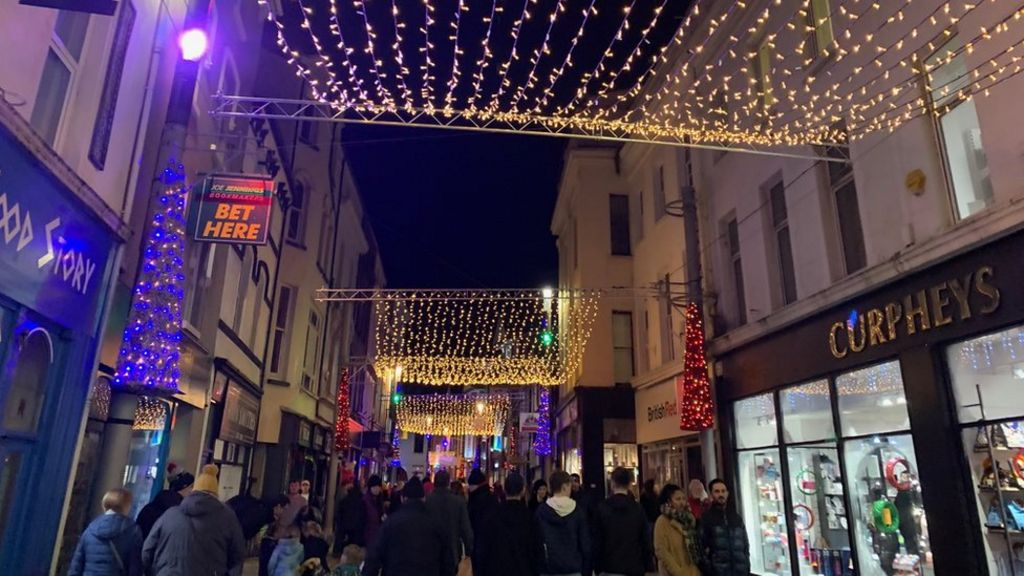 Isle of Man: Thousands gather for Christmas light switch on   BBC News