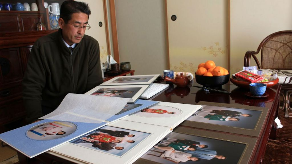 Yasuo Takamatsu at home with his family albums (Photo: Hiromi Tanoue)