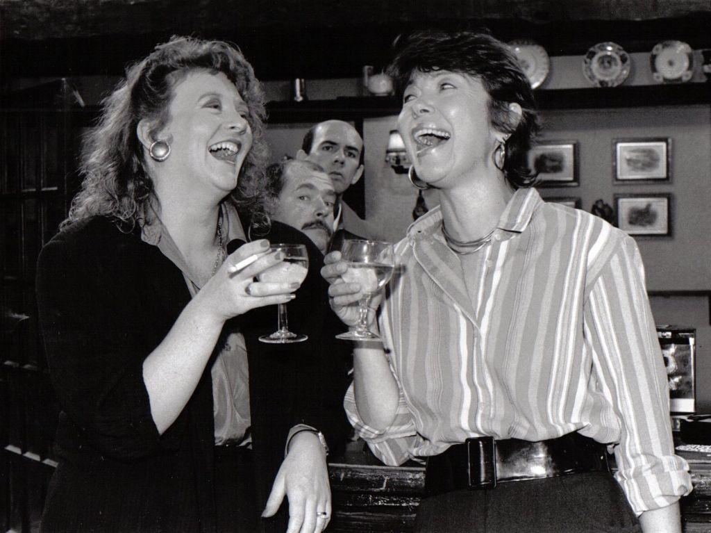 Cassie a Mrs Mac yn rhannu profiadau am redeg y bar yn teu rhannu cyfrinachau am Teg a Glan?