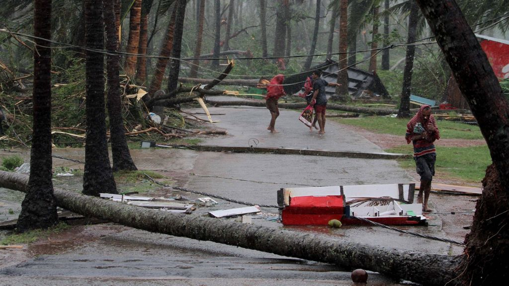 Cyclone Fani: Indians shelter from powerful storm - BBC News