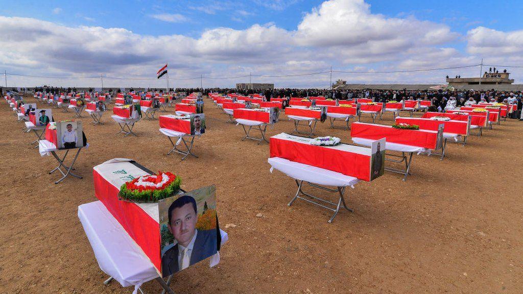 Peti mati ditempatkan di pemakaman massal di Kocho pada 6 Februari 2021