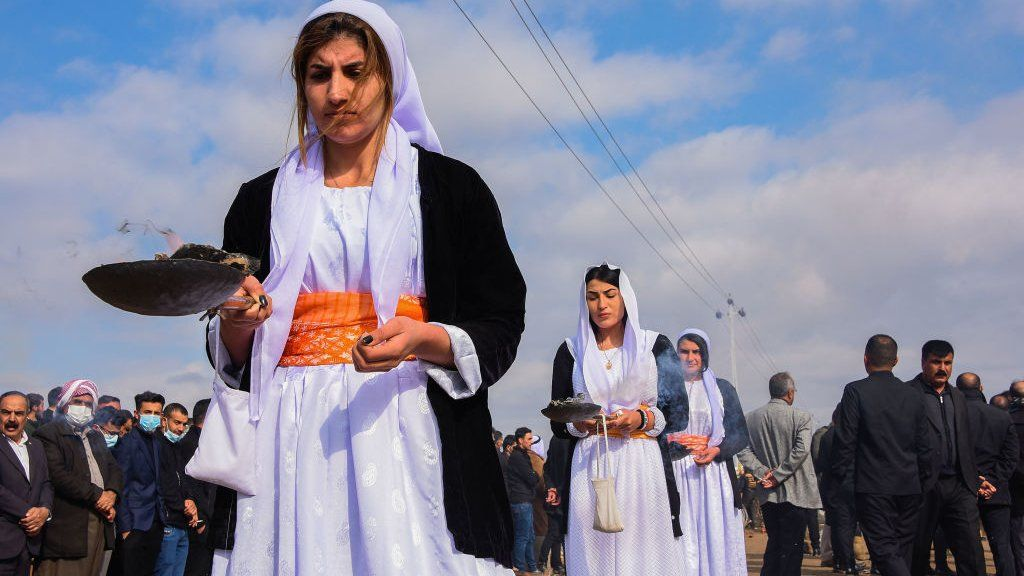 Para wanita membakar dupa selama prosesi di pemakaman massal di Kocho pada 6 Februari 2021