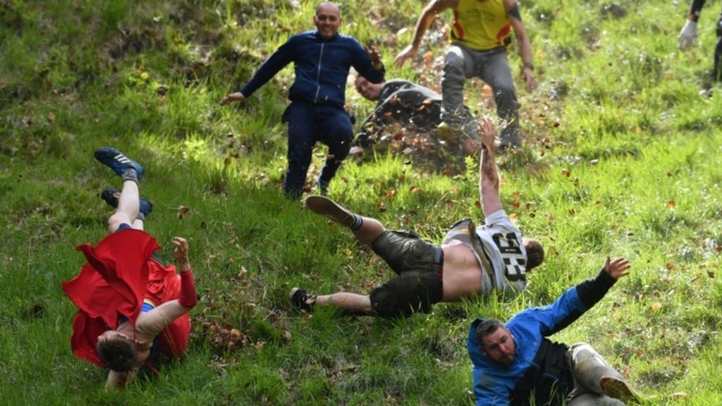 Cheese rolling race crowns new champion - BBC News