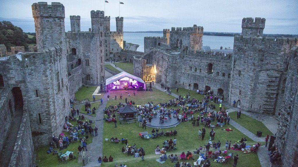 Lle well i lwyfannu gŵyl y Cofis na thu mewn i furiau'r castell?