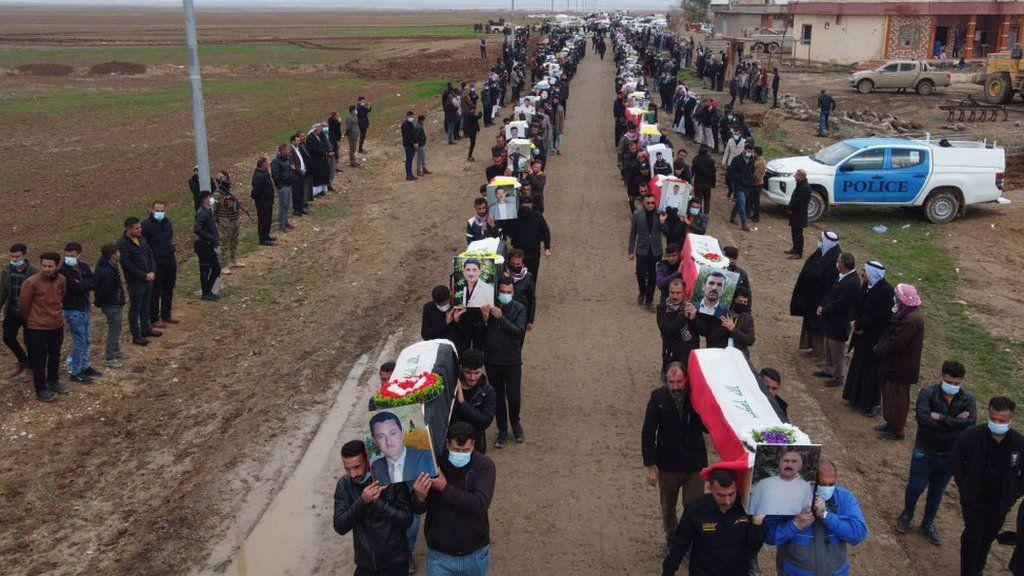 Prosesi peti mati dilakukan untuk pemakaman massal di Kocho pada 6 Februari 2021