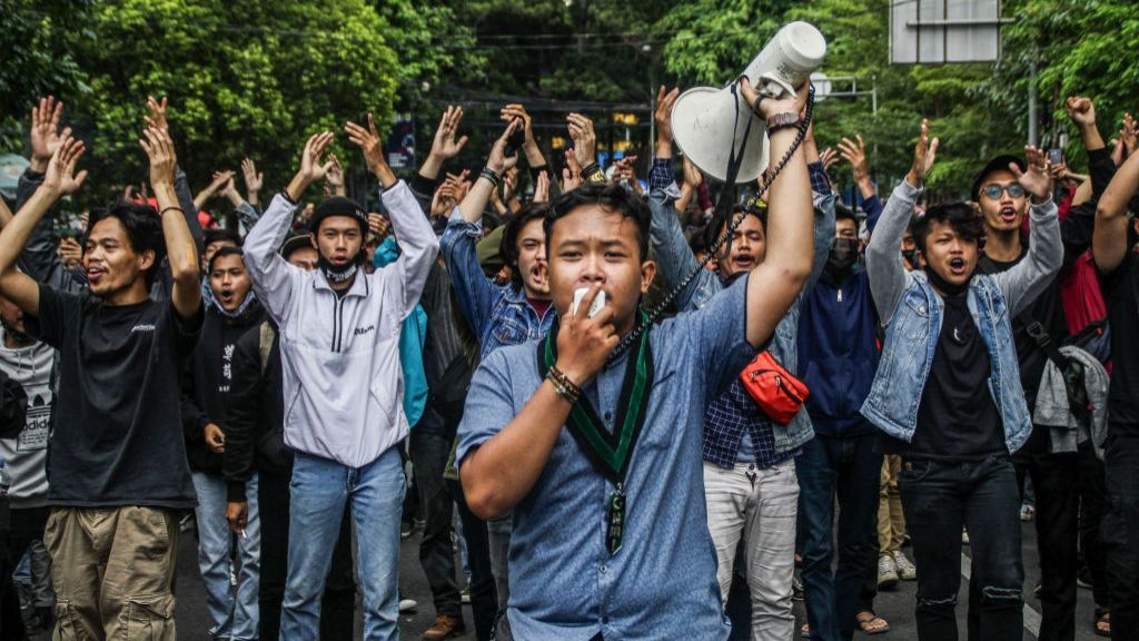 Indonesia Thousands Protest Against Omnibus Law On Jobs Bbc News