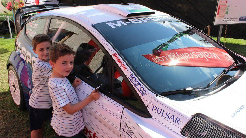 Jay a Jax yr efeilliiad ar wîb i fod yn yrrwyr rali fel Elfyn Evans // Jay and Jax admiring rally driver Elfyn Evans's WRC car