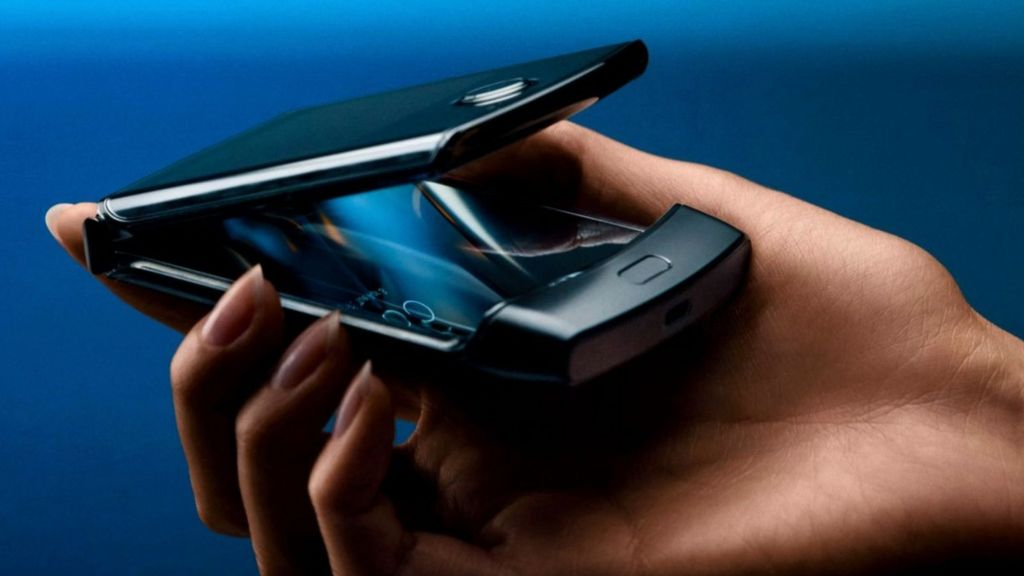 Motorola Razr flip phone revived with foldable screen - BBC News