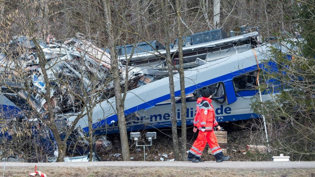 Germany train crash: Controller 'distracted by computer game' - BBC News