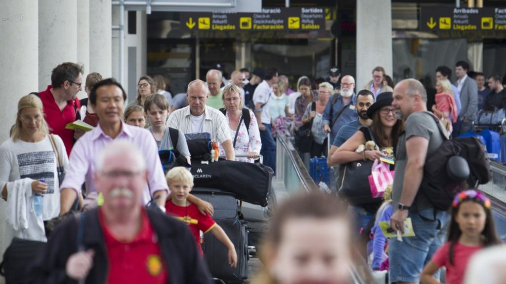 EU airport security checks: Holidaymakers 'face long delays'