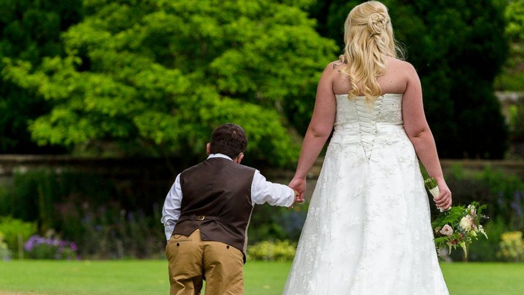 I fell in love and married a man with dwarfism' - BBC News