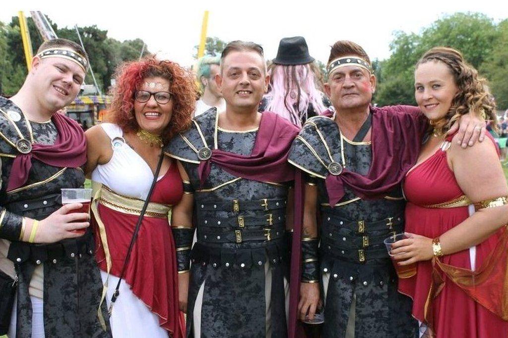 Mae'r gymdeithas wedi newid er gwell ers dyddiau'r Ymerodraeth Rufeinig \\ Attitudes towards equality have certainly changed since the days of the Roman Empire!