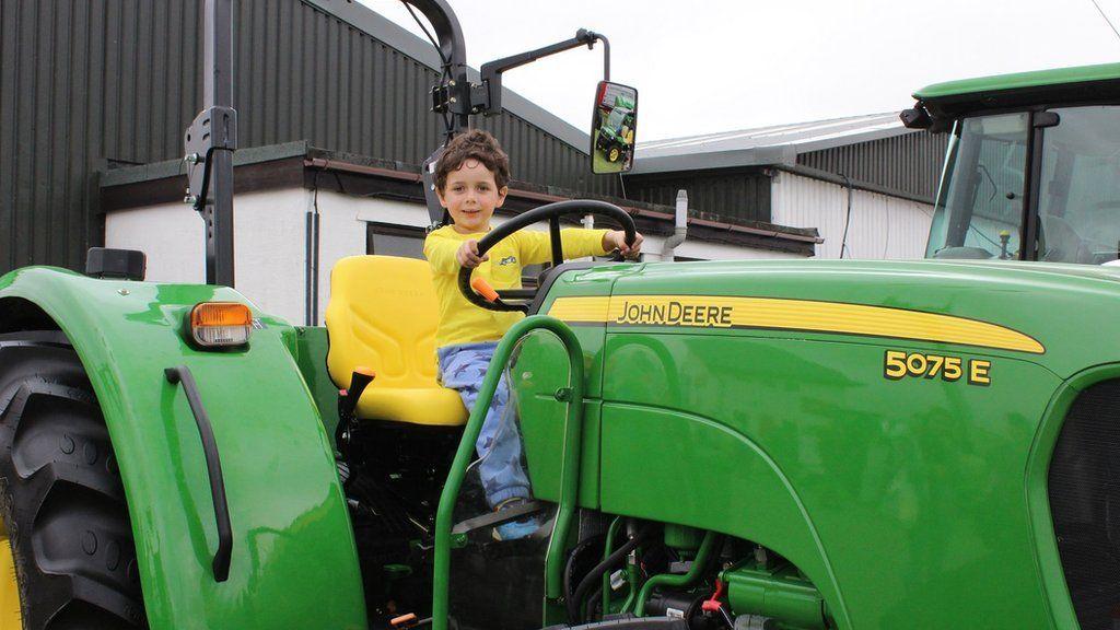 Mae Ralph yn ffansio ei hun fel tipyn o ffermwr // Ralph fancies himself as a farmer