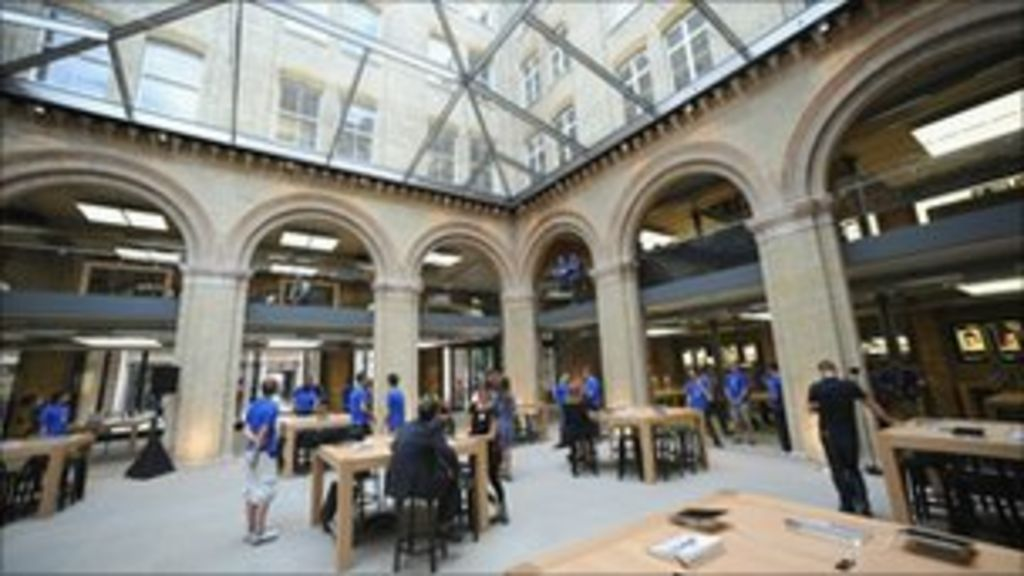 World's biggest Apple store opens in Covent Garden - BBC News