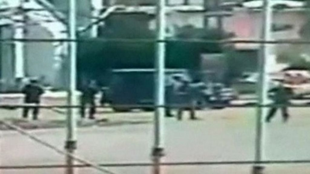 Syrian troops storm Deraa mosque