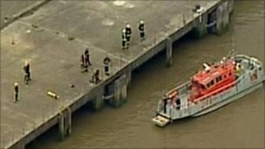 Inquiry after River Thames tug boat capsizes and sinks - BBC