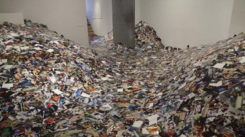 Artist Erik Kessels unveils 24 hour photo installation - BBC News
