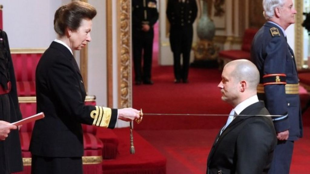 Apple design chief Jonathan Ive is knighted - BBC News