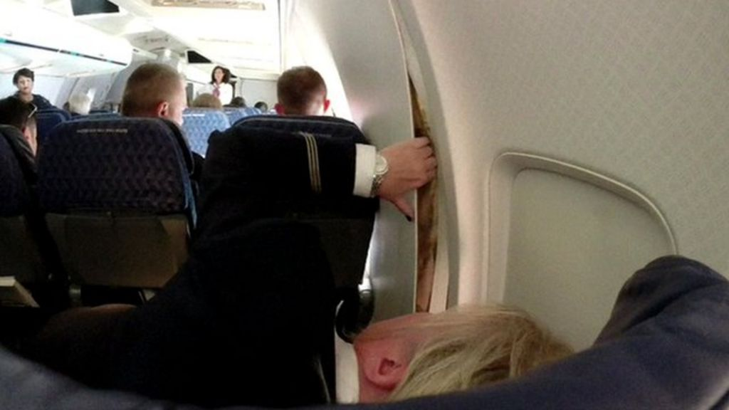 american airlines plane cabin walls crack loose on flight - 876×493