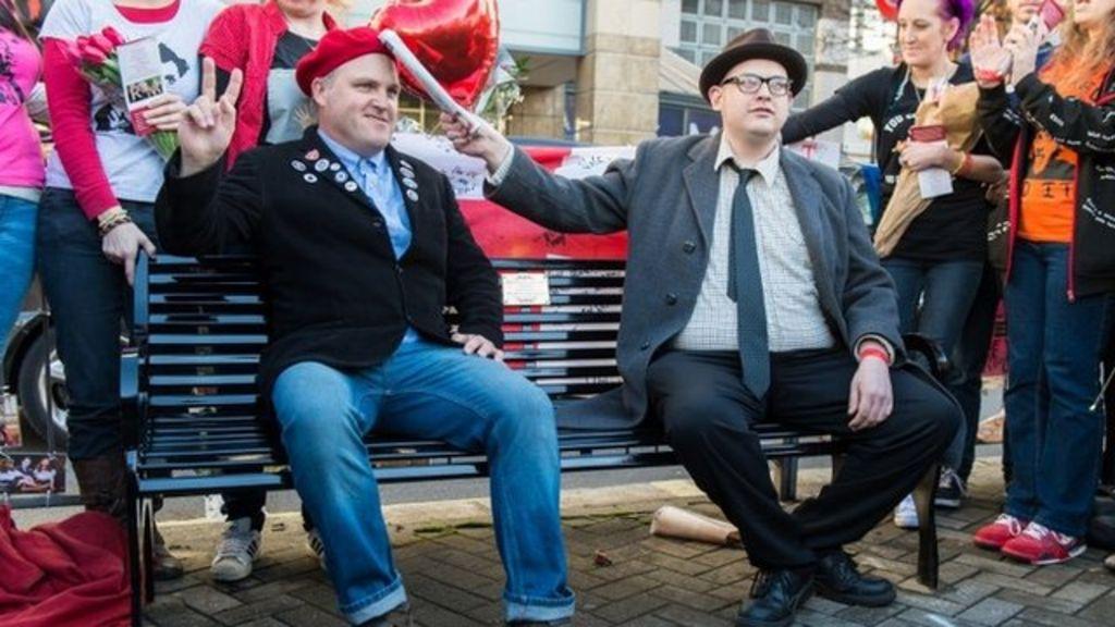 Rik Mayall 'Bottom' bench unveiled in Hammersmith - BBC News