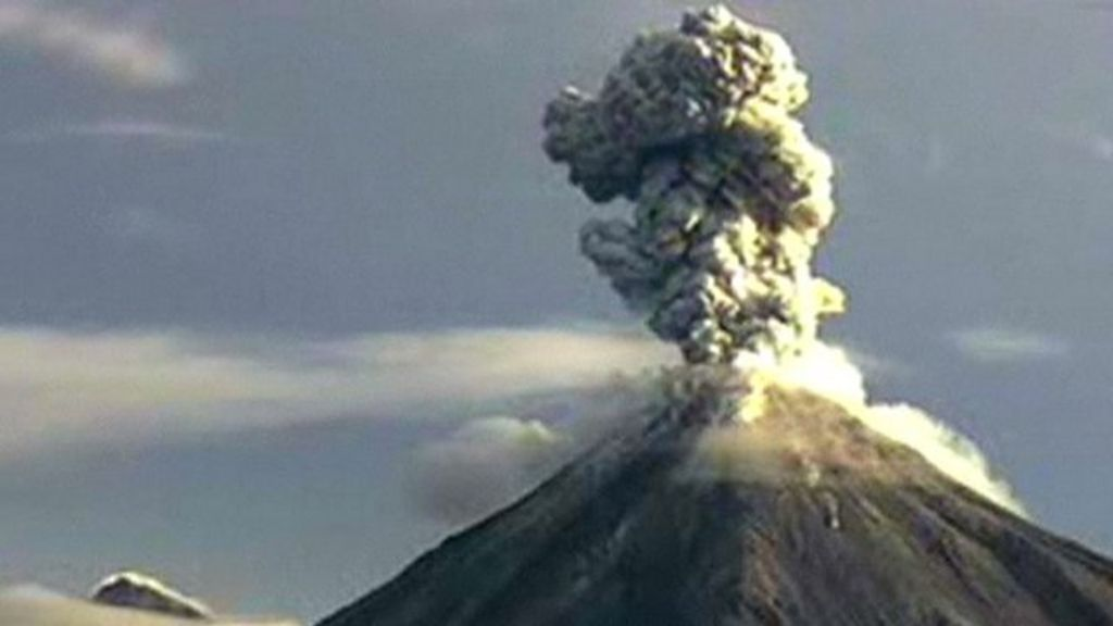 footage of huge ash plume as mexico u0026 39 s colima volcano
